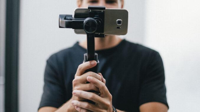 Ein junger Mann dreht ein Handyvideo von sich (Foto: Rawpixel)
